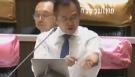 Tayland'da Vekil, Başbakanı Protesto Etti! Kolunu Kesti