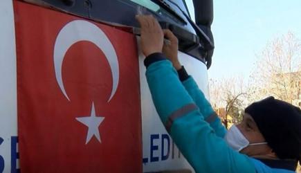 Temizlik İşçisi Çöpten Çıkan Türk Bayrağımızı, Kamyona Astı