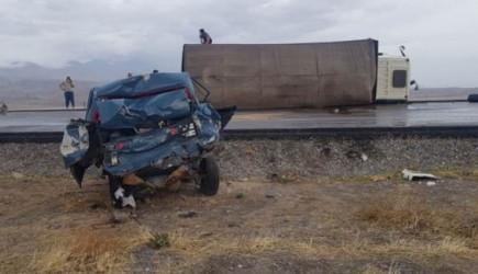 Tır Otomobile Çarptı: Bir Ölü, İki Yaralı