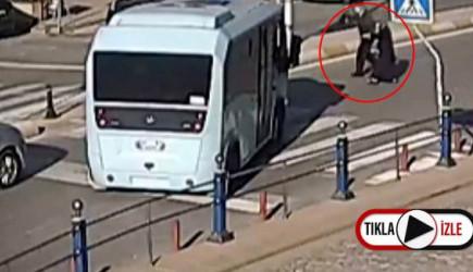 Tuzla'da Bir Minibüsçü Yaşlı Çift Geçebilsin Diye Yolu Kapattı