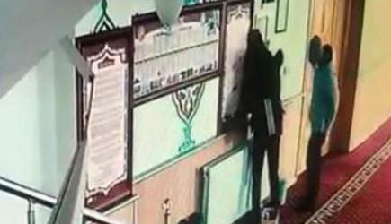 Van'da Hırsızlık Yapmak İçin Camiye Giren Gençler Kamerada
