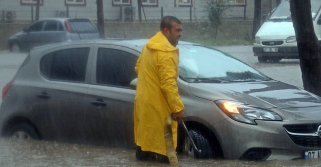 Antalya'da Fırtına Hayatı Kilitledi