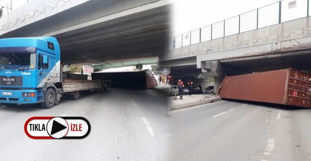 Bakırköy'de Marmaray Köprüsüne Vuran Tırın Dorsesi Yan Yattı