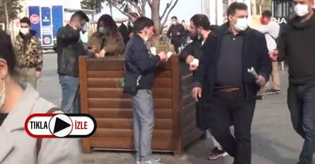 İstiklal Caddesi'nde Büfelerin Önünde Yemek Yeme Kalabalığı