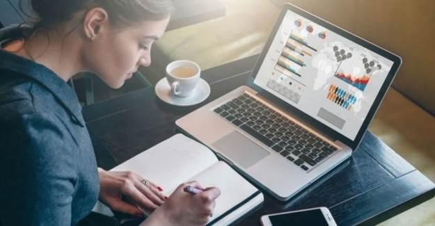 Online Eğitim Alanlar Dikkat! Ekran Işığı Akne Oluşumunu Tetikliyor