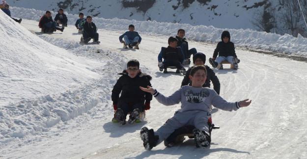 Trafiğe Kapanan Yol Kayak Pistine Döndü, Çocuklar Doyasıya Eğlendi