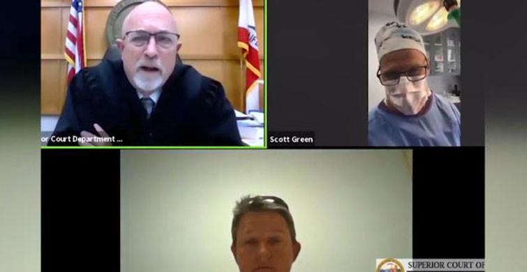 ABD'de Bir Doktor Ameliyat Esnasında Duruşmaya Katıldı