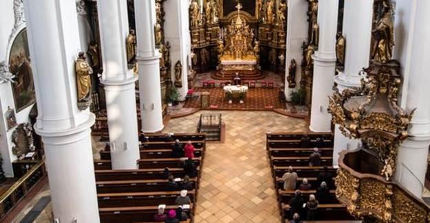 Almanya'da Kiliseye Giden 40 Kişiye Coronvirüs Bulaştı