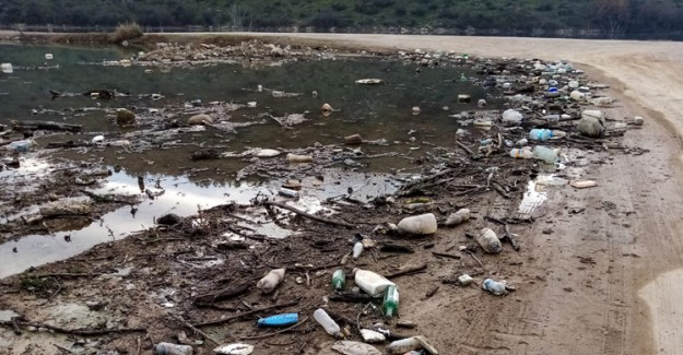 Barajın Su Seviyesi Azaldı! Çöp Ve Atıklar Gün Yüzüne Çıktı