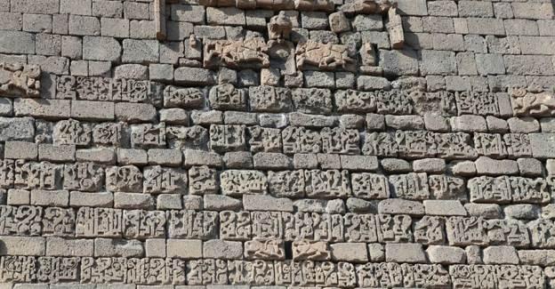 Diyarbakır'da Yıkılan Gecekondulardan Çıkan Kitabe ve Nişler Şaşkınlık Yarattı