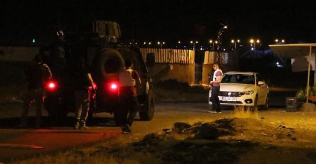 Diyarbakır'da Zırhlı Polis Arabasına El Bombası Atıldı