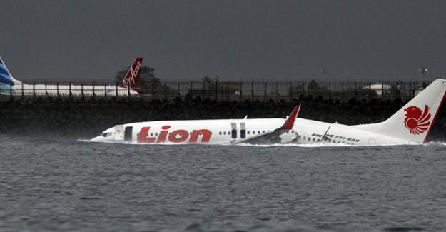 Endonezya Düşen Uçaktaki Kurbanları Aramaya Devam Ediyor