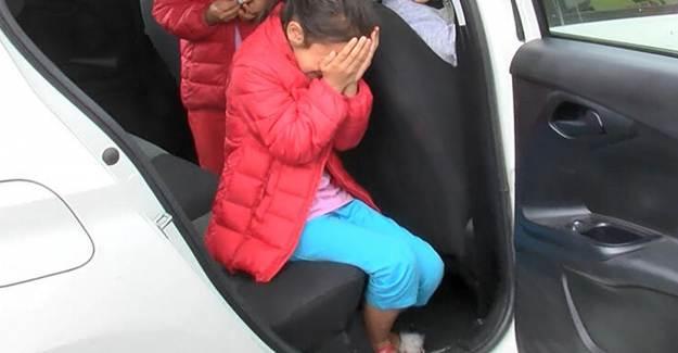 Esenyurt'ta Arabada Bırakılan ve Korkudan Ağlayan Çocukları Polis Sakinleştirdi