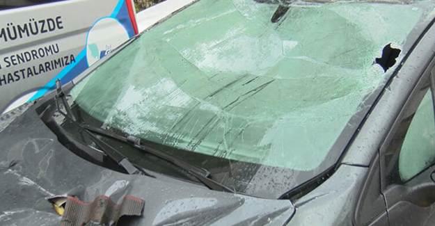 Esenyurt'ta Çatıdan Kopan Parçalar Arabaların Üzerine Düştü