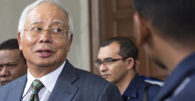 Eski Malezya Başbakanı Güvenceye Karşı Suç İşlemekle Yargılandı