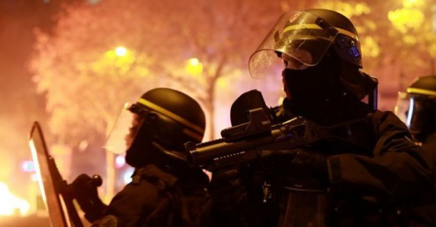 Fransa'da Şiddetli Gösteriler! Macron Polislere Teşekkür Etti