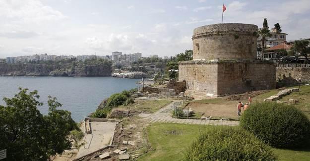 Hıdırlık Kulesi'nin Çevresinde Arkeolojik Kazı Çalışması