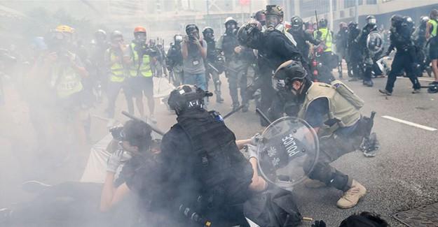 Hong Kong Polisi Biber Gazı İle Müdahale Ediyor