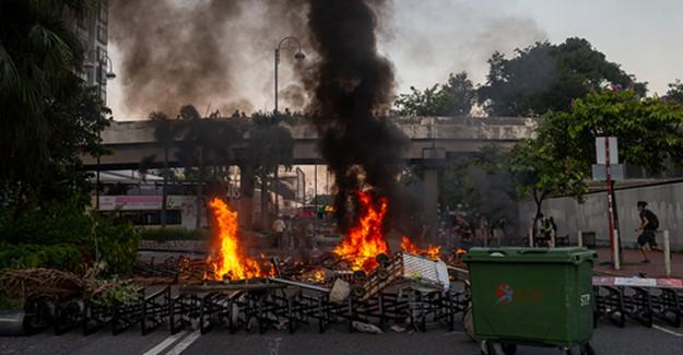Hong Kong'da Göstericiler Sokakları Ateşe Verdi