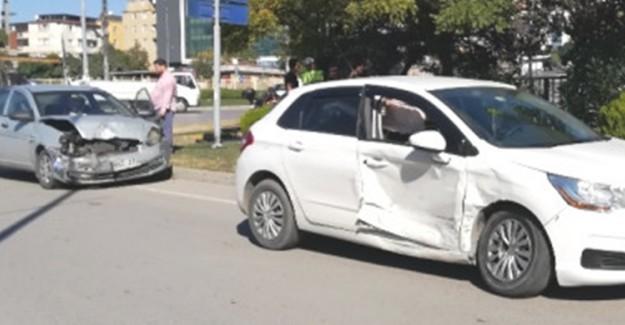 İki Araç Kavşakta Birbirine Girdi: 5'i Çocuk 6 kişi Yaralandı
