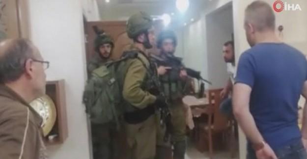İsrail Askerleri Filistinli Gazetecinin Evine Baskın Yaptı