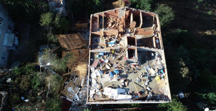 İstanbul'da Fırtına: Evlerin Çatıları Uçtu!