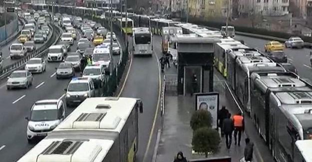 İstanbul'da İki Metrobüs Birbirine Çarptı!