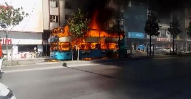 İstanbul'da Seyir Halindeki Bir Halk Otobüsü Alev Alev Yandı