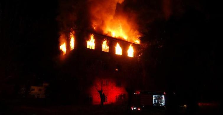 İzmir'de Tarihi Binada Korkutan Yangın