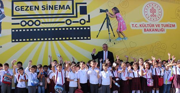 Kültür ve Turizm Bakanı Ersoy, Gezen Sinema Tırı'na El Salladı