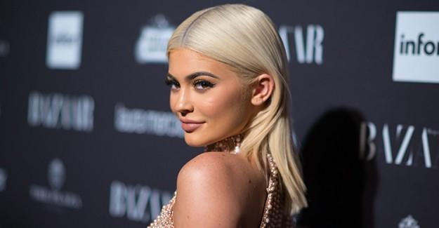Kylie Jenner Giydiği Elbiseyle Etrafa Adeta Işık Saçtı