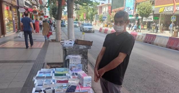 Malatya'da Engelli Baba Tıp Kazanan Çocukları İçin Maske Satıyor