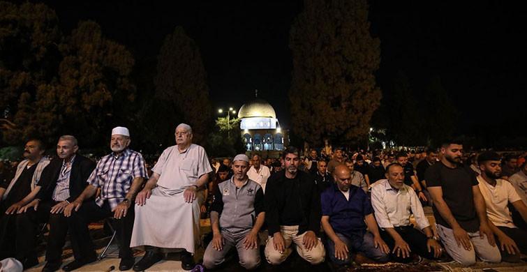 Mescid-i Aksa'yı Dolduran Müslümanlar Teravih Namazı Kıldı
