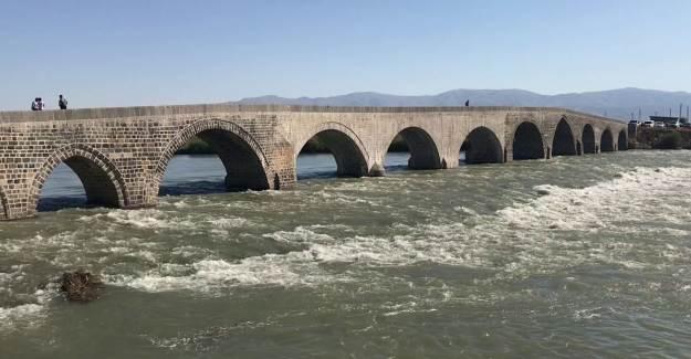 Muş'ta Tarihi Murat Köprüsü Çevresi Canlanıyor