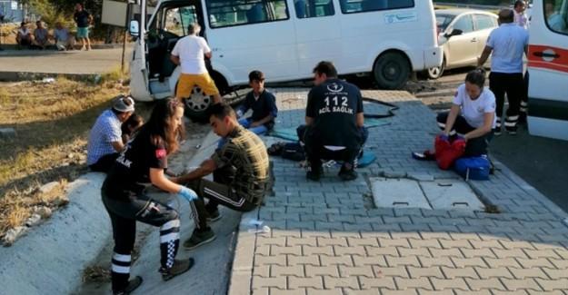 Otomobil İle Minibüs Çarpıştı: 9 Yaralı