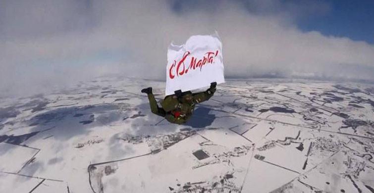 Rus Paraşütçüler 4 Bin Metreden Atlayarak 8 Mart'ı Kutladı