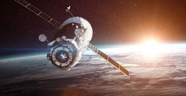 Rusya'nın Uydusuna Gök Taşı Çarptı