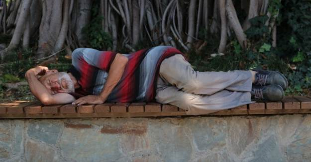 Sıcaklıklar 41 Dereceye Ulaştı Vatandaşlar Parkta Uyudu