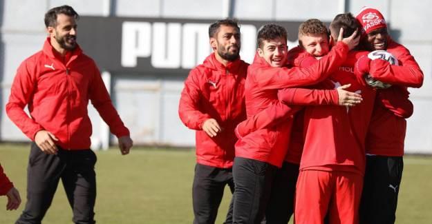 Sivasspor'da 2 Futbolcuda Koronavirüs Tespit Edildi!