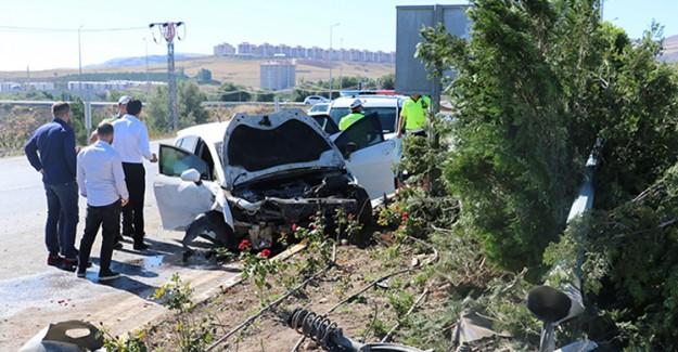 Sivas'ta İki Otomobil Çarpıştı, Faciadan Dönüldü