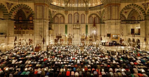 Camilerde Beş Vakit Cemaatle Namaz Kılınacak