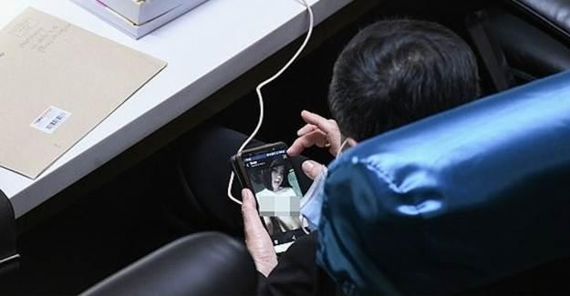 Taylandlı Milletvekili Meclis'te Porno İzlerken Yakalandı