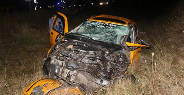 Ticari Taksi İle Kamyon Çarpışması Sonucu 2 Kişi Öldü 3 Kişi Yaralandı