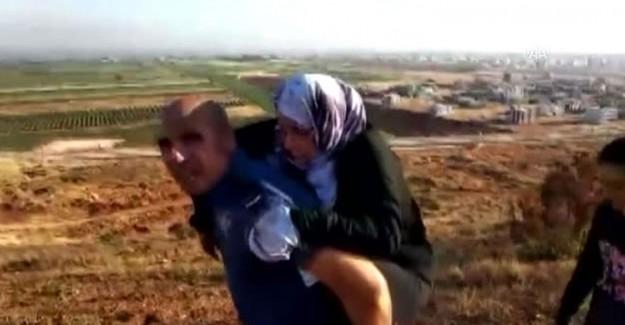 Türk Polisinden İnsanlık Dersi! 2 Kilometre Sırtında Taşıdı!
