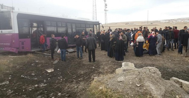 Van'da Kamyonla Otobüs Çarpıştı: 19 Yaralı