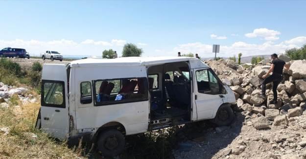 Van'da Yolcu Minibüsü Devrildi: 14 Yaralı