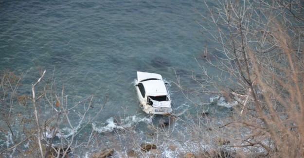 Yalova'da Otomobil Denize Yuvarlandı!