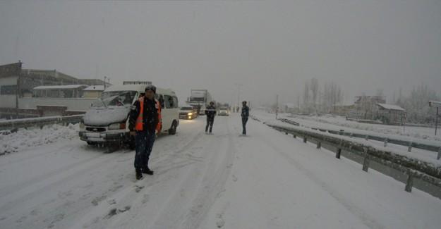 Yol Trafiğe Kapandı! Kar Yağışı Etkisini Arttırdı