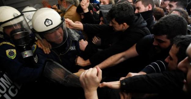 Yunanistan'da Halk Sokaklara Döküldü