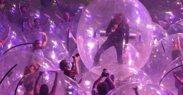 Baloncuklar İçinde İlgi Çeken Konser!